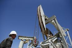 Una unidad de bombeo de crudo en Monterey Shale, EEUU, abr 29 2013. Los precios del petróleo caían por segunda sesión consecutiva el lunes, en momentos en que funcionarios de Irán y seis potencias mundiales negociaban un acuerdo sobre el programa nuclear de Teherán que podría acabar con las sanciones impuestas por Occidente y permitirle al miembro de la OPEP enviar más crudo a un mercado con abundantes suministros.  REUTERS/Lucy Nicholson