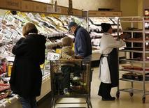 Unos clientes al interior de una tienda Safeway en Wheaton, EEUU, feb 13 2015. El gasto del consumidor estadounidense apenas subió en febrero, ya que las familias aprovecharon los bajos precios de la gasolina para aumentar su ahorro al mayor nivel en más de dos años, en la señal más reciente de que el crecimiento económico se moderó en el primer trimestre.    REUTERS/Gary Cameron