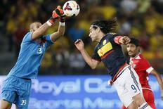 O goleiro do Kuweir, Hameed Youssef, disputa bola com colombiano Radamel Falcão (direita) durante amistoso em Abu Dhabi nesta segunda-feira. 30/03/2015 REUTERS/Stringer