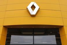 Vers 12h45, le secteur automobile européen recule de 1,13%, plus forte baisse sectorielle en Europe, quand le CAC 40 cède 0,22% à 5.072,20 points. Renault perd 1,63%, mais gagne encore 39,9% sur janvier-mars. /Photo d'archives/REUTERS/Vincent Kessler