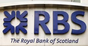 Логотип Royal Bank of Scotland в офисном здании в Цюрихе. 27 марта 2015 года. Крупный британский Royal Bank of Scotland продает бизнес в Казахстане - дочерний RBS Казахстан, чтобы сократить расходы и сосредоточиться на домашнем рынке. REUTERS/Arnd Wiegmann