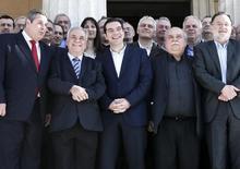 Правительство Греции у здания парламента в Афинах 28 января 2015. Ведущие российские компании примут участие в проводимом Грецией тендере на разведку глубоководных месторождений нефти и газа после того, как пытающаяся выбраться из кризиса страна на два месяца продлила процесс поиска кандидатов. REUTERS/Alkis Konstantinidis