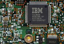 """Una unidad de procesamiento de IBM instalada en un disco duro en Kiev, mar 5 2012. International Business Machines Corp (IBM) dijo el martes que invertirá 3.000 millones de dólares en los próximos cuatro años en una nueva unidad de """"Internet de Cosas"""", apuntando a vender su conocimiento en la recopilación y el análisis de los datos en tiempo real.   REUTERS/Gleb Garanich"""