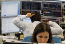 Трейдеры в торговом зале инвестбанка Ренессанс Капитал в Москве 9 августа 2011 года. Российский индекс ММВБ закрыл последний день квартала в плюсе, а котировки Норникеля заметно снизились после публикации отчета и сообщения о планах buyback. REUTERS/Denis Sinyakov
