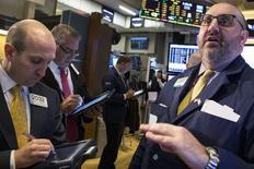 Operadores en la bolsa de Wall Street en Nueva York, mar 26 2015. Las acciones estadounidenses anotarían avances más modestos este año que en 2014, ya que la subida de las tasas de interés y un dólar más fuerte contrarrestarían parcialmente un sólido crecimiento económico, según un sondeo de Reuters. REUTERS/Brendan McDermid