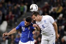 Graziano Pelle (esquerda), da Itália, disputa lance com Phil Jagielka, da Inglaterra, em amistoso em Turim, na Itália, nesta terça-feira. 31/03/2015 REUTERS/Giorgio Perottino