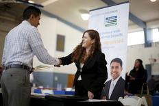 Jessica Kolber (dcha) saluda a un hombre en busca de empleo en una feria laboral en Burbank, Los Ángeles (California), el 19 de marzo de 2015. Los empleadores privados estadounidenses sumaron 189.000 puestos de trabajo el mes pasado, debajo de las estimaciones de los economistas y el menor nivel desde enero de 2014, mostró el miércoles un reporte de la firma procesadora de nóminas ADP. REUTERS/Lucy Nicholson