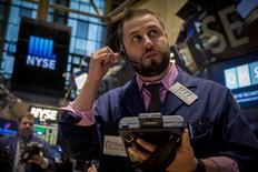 Un operador en la bolsa de Wall Street en Nueva York, mar 30 2015. Las acciones caían el miércoles en la bolsa de Nueva York tras un par de indicadores económicos más débiles que lo esperado, que generaron temores a que el reporte laboral que se conocerá el viernes podría apuntar también a un empeoramiento de las condiciones. REUTERS/Brendan McDermid