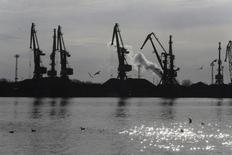 Краны в порту Вентспилса. 3 апреля 2014 года. Крупнейший в РФ портовый оператор - Группа НМТП увеличила чистый убыток по международным стандартам в 2014 году в 4 раза до $414,66 миллиона, сообщила компания в четверг. REUTERS/Ints Kalnins