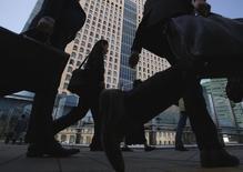 Un quartier d'affaires à Tokyo. Les salariés japonais ont touché plus d'argent en février et leurs primes de fin d'année ont augmenté en 2014 pour la première fois en six ans, des signes encourageants pour le gouvernement dans sa lutte contre une déflation chronique. /Photo prise le 17 mars 2015/REUTERS/Yuya Shino