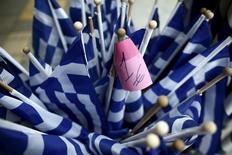Banderas de Grecia a la venta en una tienda en Atenas, mar 29 2015. Grecia pagará a tiempo al Fondo Monetario Internacional un tramo de su crédito con el organismo, el 9 de abril, dijo el viernes el viceministro de Finanzas griego, buscando calmar los temores de un default tras una ola de declaraciones contradictorias en días recientes.  REUTERS/Kostas Tsironis
