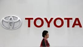 El logo de Toyota en el salón de muestras de la compañía en Tokio, feb 4 2014. La japonesa Toyota Motor Corp invertirá unos 150.000 millones de yenes (1.300 millones de dólares) en la construcción de dos nuevas plantas de automóviles en México y China, dijeron dos personas familiarizadas con los planes. REUTERS/Yuya Shino