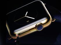 Apple no podrá lanzar su nuevo reloj inteligente en Suiza hasta al menos finales del año debido a un problema con los derechos de propiedad intelectual, según informó la cadena suiza RTS en su página web. en la imagen, el consejero delegado de Apple, Tim Cook, presenta el Apple Watch en un acto en San Francisco, California, el 9 de marzo de 2015.  REUTERS/Robert Galbraith