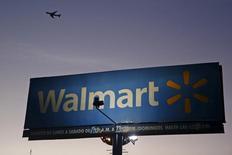 Un letrero de Walmart visto en Ciudad de México. Imagen de archivo, 24 marzo, 2015. El gigante minorista Wal-Mart de México mostraría un alza en sus ventas a tiendas iguales en marzo por tercer mes consecutivo, apoyada en un mejor consumo y una baja base de comparación que compensaría un calendario negativo. REUTERS/Edgard Garrido