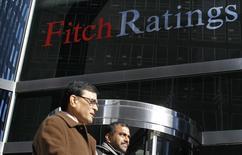 Homens caminham diante de sede da Fitch em Nova York. 06/02/2013. REUTERS/Brendan McDermid