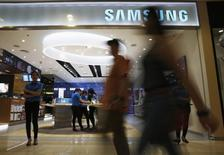 Samsung Electronics anticipe pour la période janvier-mars un bénéfice d'exploitation supérieur aux attentes à 5.900 milliards de wons (4,9 milliards d'euros), contre 5.300 milliards de wons attendus. /Photo prise le 24 février 2015/REUTERS/Beawiharta