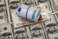 Банкноты евро и доллара США. Сараево, 9 марта 2015 года. Курс доллара к корзине основных валют растет, а австралийский доллар подорожал на 1,5 процента, после того как центробанк Австралии не снизил процентные ставки. REUTERS/Dado Ruvic