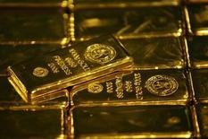 Слитки золота на аффинажном заводе в Джермистоне. 30 мая 2006 года. Цены на золото снижаются по мере укрепления доллара и подъема на европейском фондовом рынке, но держатся вблизи семинедельного максимума выше $1.200 за унцию. REUTERS/Siphiwe Sibeko