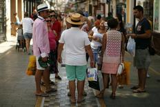 Personas transportan bolsas de compras en la localidad española de Ronda en una fotografía del 30 de junio del 2014.   Los precios al productor en la zona euro cayeron menos de lo esperado en febrero con respecto al mismo período del año previo, gracias a un repunte en los precios de la energía durante el mes y a bienes de consumo más caros, mostraron el martes datos de la oficina de estadísticas de la Unión Europea. REUTERS/Jon Nazca