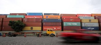 Caminhão parado em um terminal no porto de Santos.  06/04/2015  REUTERS/Paulo Whitaker