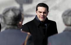 Le Premier ministre grec Alexis Tsipras à Moscou, où il doit s'entretenir avec Vladimir Poutine. La Grèce n'a pas sollicité l'aide financière de la Russie et a toujours l'intention de résoudre le problème de sa dette avec l'Union européenne, selon un responsable du gouvernement grec. /Photo prise le 8 avril 2015/REUTERS/Ivan Sekretarev/Pool