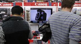 Canon a annoncé mercredi prolonger jusqu'au 21 avril son offre de 23,6 milliards de couronnes (2,54 milliards d'euros) sur Axis après avoir acquis 76% du capital de la société suédoise de vidéosurveillance. /Photo prise le 27 octobre 2014/REUTERS/Toru Hanai