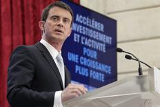 Le Premier ministre Manuel Valls a annoncé mercredi une aide exceptionnelle de 2,5 milliards d'euros pour pousser les entreprises à investir sans attendre, confirmant une intention exprimée dès le soir de la défaite de la majorité aux élections départementales. /Photo prise le 8 avril 2015/REUTERS/Philippe Wojazer