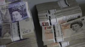 Le déficit des échanges de biens britannique s'est creusé davantage que prévu en février pour atteindre 10,34 milliards de livres sterling (14,23 milliards d'euros). La valeur des exportations est tombée à un creux de plus de quatre ans. /Photo d'archives/REUTERS/Leonhard Foeger