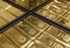 Слитки золота в магазине Ginza Tanaka в Токио 18 апреля 2013 года. Цены на золото снижаются после комментариев чиновников ФРС, показавших, что центробанк по-прежнему нацелен на повышение процентных ставок в июне. REUTERS/Yuya Shino