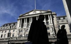 En la imagen, transeúntes caminan frente al Banco de Inglaterra en Londres. 5 de marzo, 2015. El Banco de Inglaterra mantuvo sus tasas de interés en un mínimo histórico el jueves, mientras los funcionarios analizan si una desaceleración de la inflación es de corta duración o se convierte en una amenaza mayor para la economía británica. REUTERS/Suzanne Plunkett