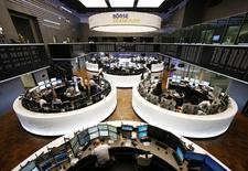 Les Bourses européennes ont ouvert en légère progression vendredi, terme d'une semaine positive, portée par des opérations de fusion et acquisition et par un euro qui a touché son plus bas niveau en plus de trois semaines face au dollar. À Paris, l'indice CAC 40 avance de 0,24% vers 9h35 et à Francfort, le Dax gagne 0,42%. /Photo d'archives/REUTERS/Ralph Orlowski