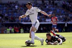 Ponta do Real Madrid Gareth Bale dribla o goleiro do  Granada Oier Olazabal em partida do Campeonato Espanhol. 05/04/2015 REUTERS/Juan Medina