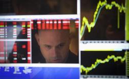 Wall Street va provisoirement reléguer au second plan cette semaine les indicateurs macroéconomiques et leurs effets sur le calendrier de relèvement des taux de la Réserve fédérale pour se concentrer sur les résultats des entreprises afin de prendre le pouls de l'économie aux Etats-Unis. /Photo d'archives/REUTERS/Carlo Allegri