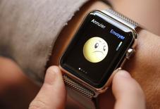 En la imagen, un cliente prueba un Apple Watch en una tienda de Apple en París. 10 de abril, 2015. Apple Inc probablemente incremente rápido la producción de su Apple Watch después de que sólidas órdenes adelantadas superaron la provisión limitada en el primer fin de semana posterior a su lanzamiento, dijeron analistas de Wall Street. REUTERS/Christian Hartmann