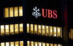 El logo de UBS visto en un edificio en Zurich. Imagen de archivo, 12 noviembre, 2014. HSBC es uno de los prestamistas globales que enfrenta presión para salir de negocios con mal rendimiento en países con mercados emergentes, desde Brasil a México y Corea del Sur, lo que crea oportunidades para que bancos locales refuercen el control en sus mercados, dijeron el lunes analistas de UBS Securities. REUTERS/Arnd Wiegmann