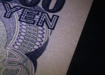 Le yen a touché mardi un plus haut de deux ans face à l'euro après des déclarations d'un conseiller économique du Premier ministre japonais Shinzo Abe jugeant la dépréciation de la devise japonaise trop prononcée. /Photo d'archives/REUTERS/Kim Kyung-Hoon