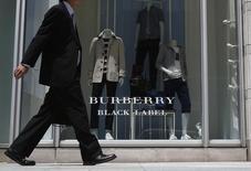 Le groupe de luxe britannique Burberry a fait état mercredi d'un chiffre d'affaires en hausse de 9% hors effets de change au second semestre de son exercice décalé, de fortes ventes aux Etats-Unis et en Europe ayant compensé des résultats plus décevants à Hong Kong. /Photo d'archives/REUTERS/Yuya Shino