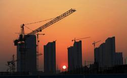 Строящиеся дома в Жичжао. 14 апреля 2015 года. Экономика Китая росла в первые три месяца 2015 года самыми медленными темпами за шесть лет, а слабость в ключевых секторах указывает на то, что вторая мировая экономика продолжает терять скорость. REUTERS/Stringer