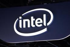 Intel est l'une des valeurs à suivre à Wall Street, le numéro un mondial des semi-conducteurs ayant dévoilé des prévisions de chiffre d'affaires globalement conformes aux attentes des marchés américains ainsi qu'une réduction de ses dépenses d'investissement cette année. /Photo prise le 6 janvier 2015/REUTERS/Rick Wilking