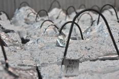 Цинковые дроссы в цеху НЛМК в Липецке. 30 января 2014 года. Крупнейший российский производитель цинка Челябинский цинковый завод пока не видит падения спроса на свою продукцию внутри страны, ждет стабильных цен на мировом рынке в условиях дефицита и сможет увеличить мощности до 200.000 тонн за два года, если не грянут очередные потрясения в экономике. REUTERS/Andrey Kuzmin
