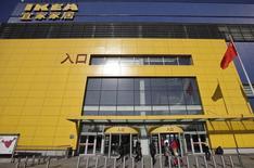 Ikea prévoit d'investir jusqu'à trois milliards d'euros dans la construction de nouveaux centres commerciaux au cours des cinq à sept prochaines années, afin de tirer profit de l'engouement exercé par ses magasins pour toucher de nouveaux revenus locatifs. /Photo d'archives/REUTERS/Petar Kujundzic