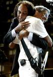 En la imagen de archivo, el cantante brasileño Caetano Veloso (derecha) abraza a su  colega Gilberto Gil en una presentación en Sao Paulo. 24 de enero de 2004. Las leyendas brasileñas Veloso y Gil se presentarán juntas en la edición de este año del Festival de Jazz de Montreux, además de Lady Gaga y Tony Bennett. REUTERS/Paulo Whitaker