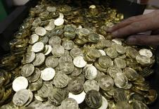10-рублевые монеты на монетном дворе в Санкт-Петербурге. 9 февраля 2010 года. Рубль в минусе утром пятницы из-за ожиданий снижения ставок ЦБР. REUTERS/Alexander Demianchuk
