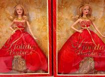 """Куклы """"Holiday Barbie"""" в отделе игрушек магазина в Энсинитасе. 14 октября 2014 года. Квартальные продажи производителя игрушек Mattel Inc превысили прогнозы аналитиков в первый раз за последние шесть кварталов на фоне попыток главы компании Кристофера Синклера реорганизовать работу при снижающихся продажах одного из главных продуктов - кукол Barbie. REUTERS/Mike Blake"""