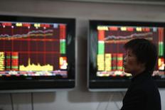 Инвестор в брокерской конторе в Шанхае. 5 января 2015 года. Азиатские фондовые рынки, кроме Японии, выросли за неделю за счет локальных факторов. REUTERS/Aly Song