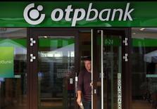 Отделение OTP Bank в Будапеште. 15 августа 2014 года. Венгерский OTP Bank получил убытки в России впервые с тех пор, как вышел на этот рынок, и хотя его совокупная прибыль за последние годы составила около 100 миллиардов форинтов, она может растаять в будущем, сообщил в пятницу глава банка. REUTERS/Laszlo Balogh