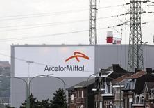 Les valeurs financières et cycliques, comme ArcelorMittal, plus forte baisse du CAC 40 à la mi-séance, sont les plus affectées par le recul de la Bourse de Paris vendredi. /Photo d'archives/REUTERS/François Lenoir