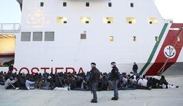 Imigrantes no porto italiano de Augusta, na Sicília. 16/04/2015 REUTERS/Antonio Parrinello