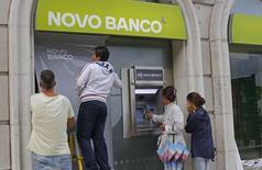 La Banque du Portugal a retenu cinq des sept candidats qui avaient présenté des offres non contraignantes pour le rachat de Novo Banco, née en août 2014 du sauvetage de Banco Espirito Santo, et leur a donné jusqu'à fin juin pour lui soumettre des offres fermes. /Photo prise le 22 septembre 2014/REUTERS/Hugo Correia