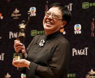 Diretora de Hong Kong Ann Hui posa com prêmio recebido no Festival de Cinema de Hong Kong. 19/04/2015 REUTERS/Bobby Yip